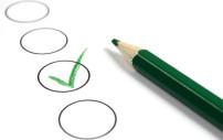 Teils mit einem Stift abgehakte Checkliste