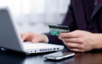 Person zahlt mit seiner Kreditkarte im Internet