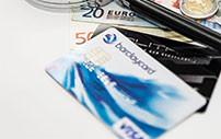 EC-Karte und Kreditkarte zum Vergleich nebeneinander gelegt