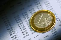 Euro der auf einem Kontoauszug liegt