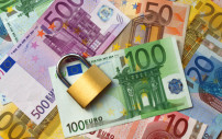Geld geschützt durch ein Schloss