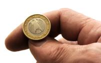 Münze die auf einer Handfläche liegt