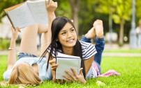 Jugendliche im Park beim Lernen