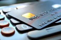 Kreditkarte die auf einem Rechner liegt