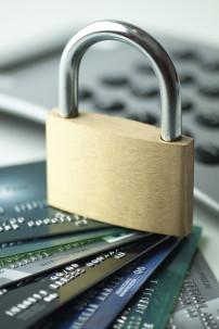 Kreditkarten die mit einem Schloss gesperrt sind