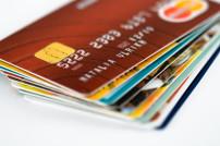 Mehrere Kreditkarten gefächert übereinander