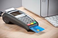 Kreditkarte die im einem Kartenlesegerät steckt